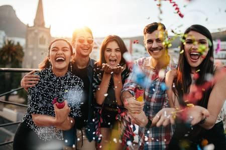 70443983-groep-vrienden-genieten-van-de-partij-en-het-gooien-van-confetti-vrienden-plezier-op-het-dak-feest-